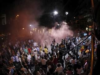 Alborotadores lanzan bengalas en Génova