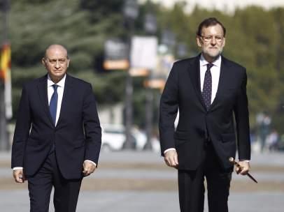 Jorge Fernández Díaz y Mariano Rajoy en la entrega de la Bandera
