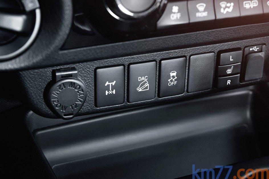 Varios huecos. En el habitáculo los ocupantes tienen varios huecos para dejar objetos. Hay hasta dos tomas de 12 V, una de 220 V y otra USB, con lo que es posible alimentar diversos dispositivos electrónicos simultáneamente.