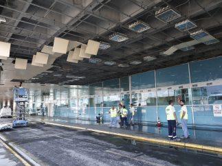 Destrozos en techo del aeropuerto