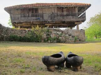 Hórreo, panera, madreñas, Asturias, rural.