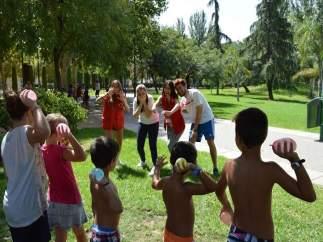 Un grupo de niños participan en la Escuela de Verano de Cruz Roja Juventud