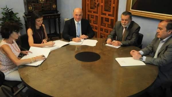Romero y Ruiz (centro) durante la firma del convenio