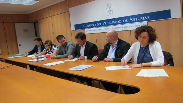 El consejero de Educación, Genaro Alonso, firma acuerdo con sindicatos docentes