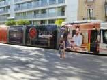 Tranvía de Sevilla con publicidad del Festival de Mérida