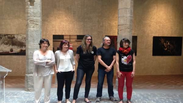 Los autores de 'Versus' junto Maider Beloki tras la rueda de prensa