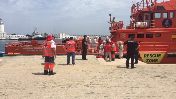 Llegada de una patera al puerto de Málaga