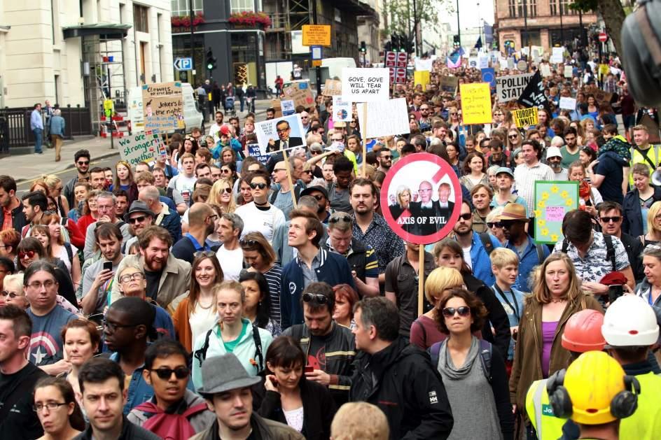 Resultado de imagen para Miles de personas se manifiestan contra elección de Mariano Rajoy