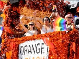 Las chicas de 'Orange is the new black' desfilan en el orgullo Gay de Toronto.