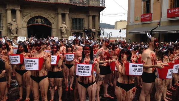 Activistas durante la protesta en la plaza Consistorial de Pamplona