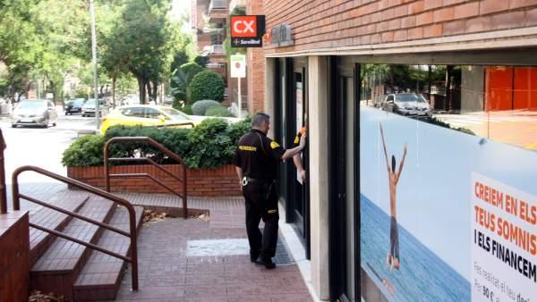Agentes de seguridad privada en la entrada de la sucursal bancària del carrer de Ganduxer donde una mujer ha sido apuñalada.