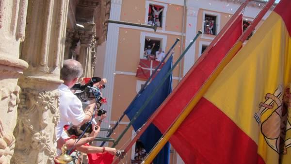 Banderas en el Ayuntamiento de Pamplona en el chupinazo de Sanfermines.