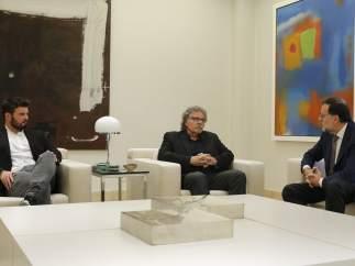El presidente del Gobierno en funciones, Mariano Rajoy (PP), a la derecha de la imagen, conversa con los dirigentes de ERC Gabriel Rufián (izquierda) y Joan Tardà (centro) durante la reunión que han mantenido en el Palacio de la Moncloa.