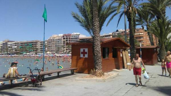 La bandera verde ondea en una de las playas de Torrevieja