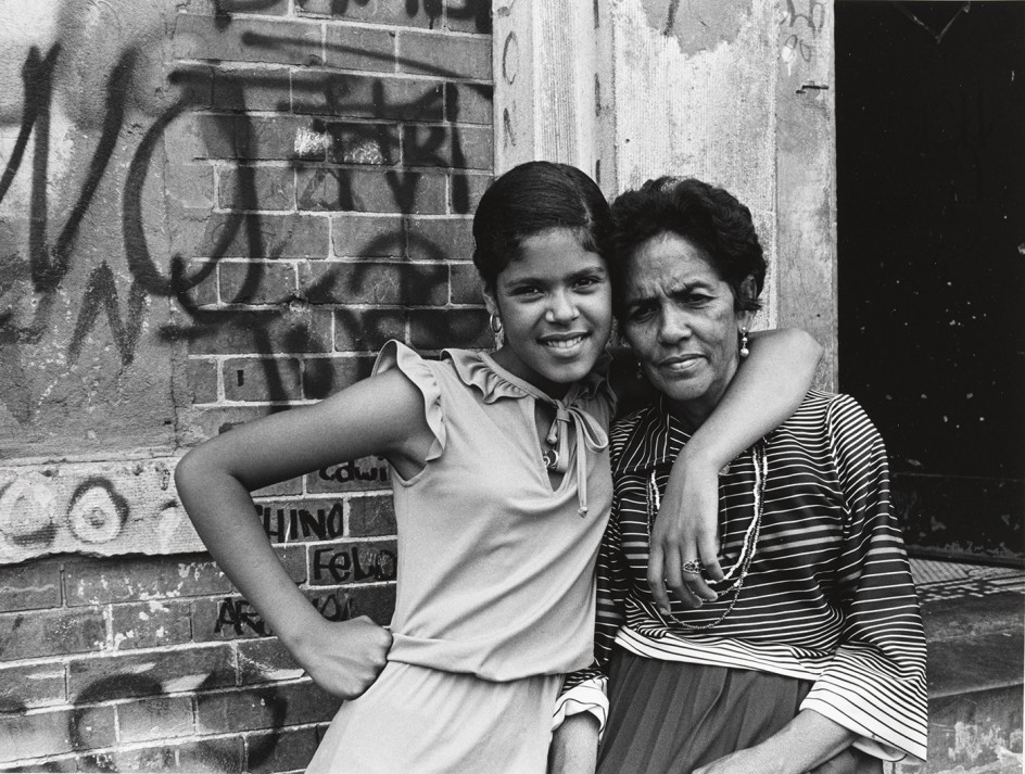 Among the last residents, mother and daughter, East 173rd Street. 1976-1982. Madre e hija entre los últimos residentes en abandonar la zona sur del Bronx, retratada a finales de los años setenta por Mel Rosenthal