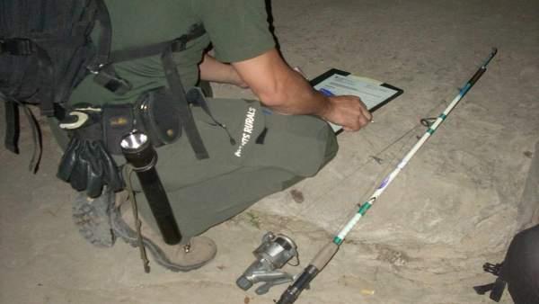 Un agente rural en un control de pesca