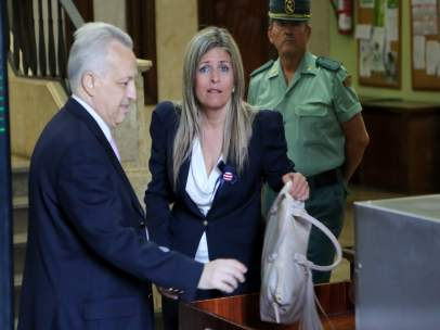 La exacaldesa de Bormujos (Sevilla), Ana Hermoso, llega al juzgado