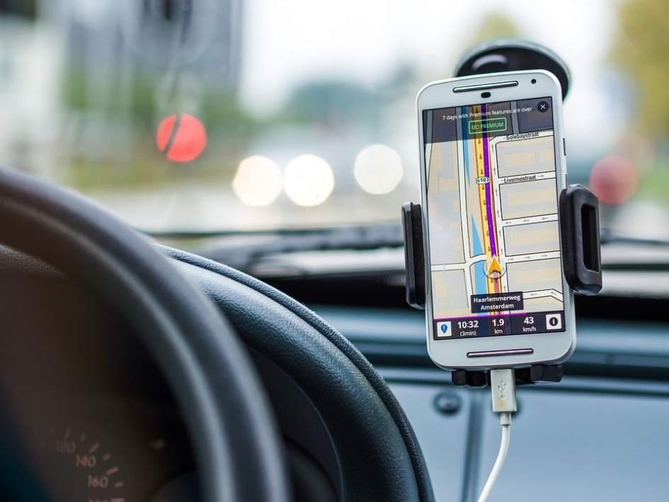 Imagen de un teléfono móvil utilizado como GPS en un coche
