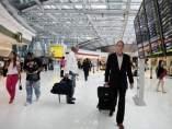Pasajero en aeropuerto con maleta