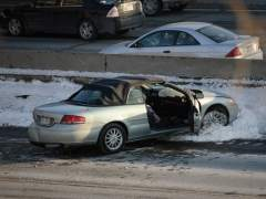 Un coche se choca contra un muro