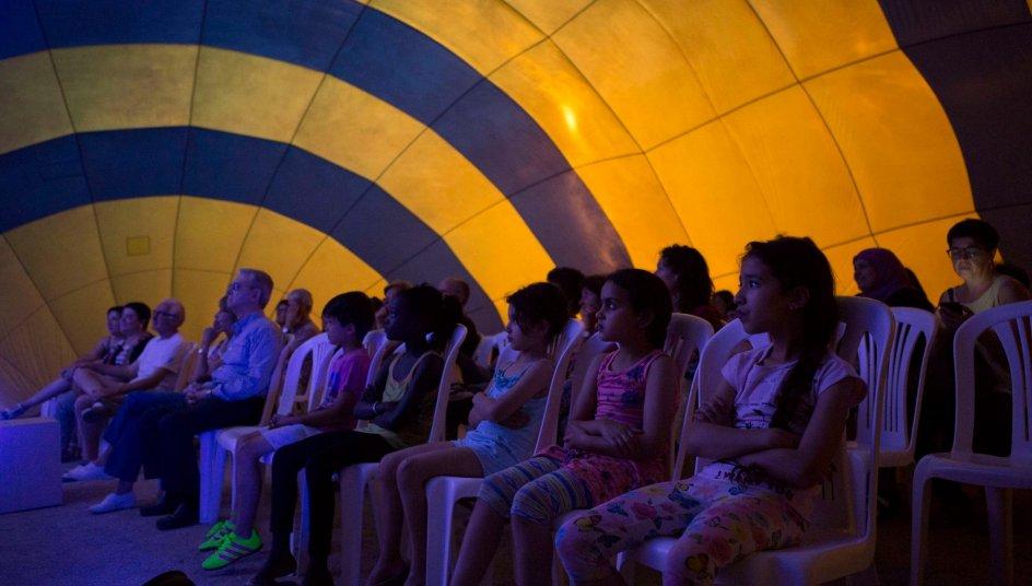 Entre las actividades dentro de los iglús de viento se encuentra, también, la proyección del documental