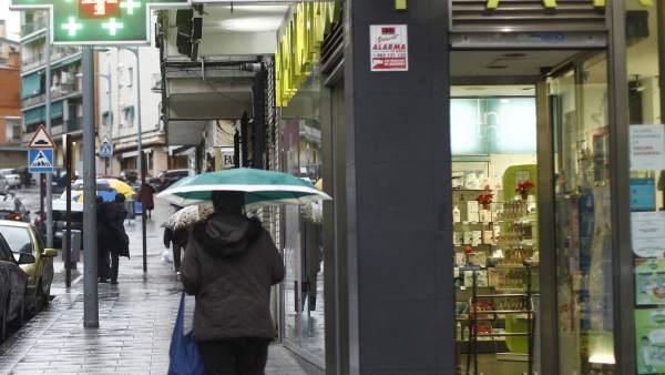 Gente con paraguas.