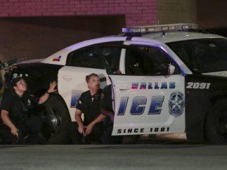 Policías tras un coche