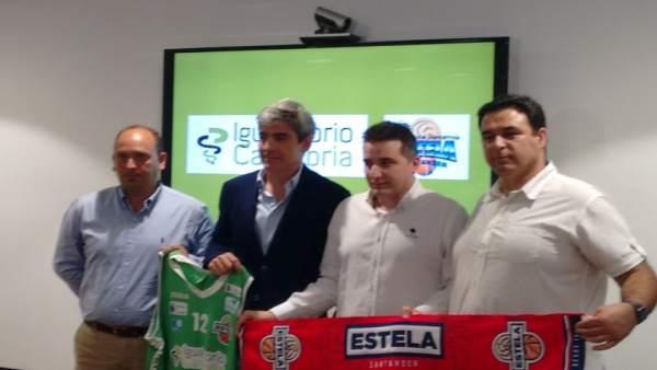 Representantes del Igaualtorio Y CD Estela con el nuevo entrenador