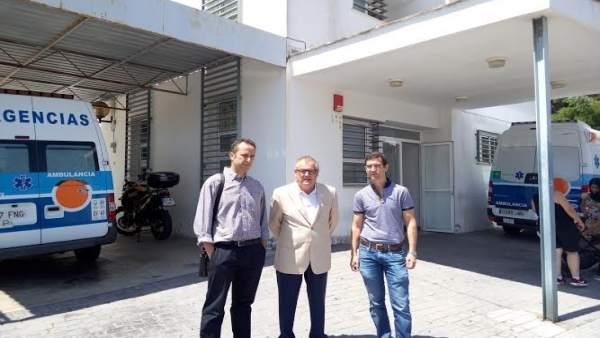 El delegado de Salud en Huelva, Rafael López, en el centro de salud de Punta.