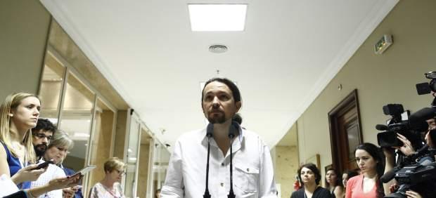 El secretario general de Podemos, Pablo Iglesias, recoge su acta de diputado