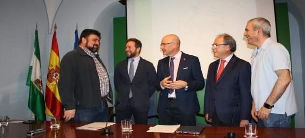 Carmona (centro) durante la presentación