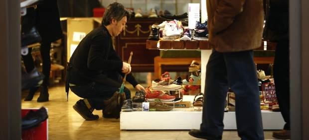 Trabajador de una tienda de zapatos