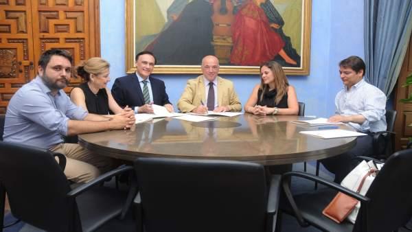 Diputación y Universidad de Córdoba firman un convenio para Campeonato de Debate