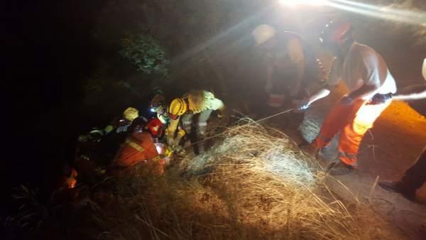Momento del rescate de uno de los heridos