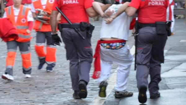 Agentes de la Policía Foral trasladan a una persona detenida