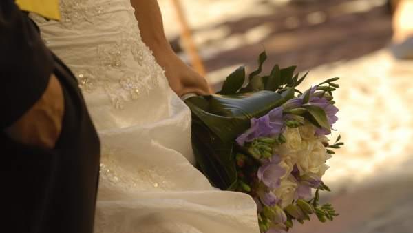 Novia con ramo de flores en la mano