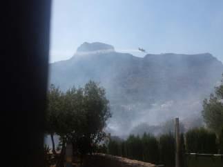Uno de los aviones sobre el incendio que afecta Calp