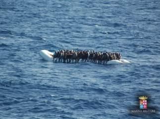 Patera con inmigrantes en el estrecho de Sicilia