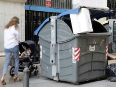 Tres policías rescatan con vida a un bebé de dentro de un contenedor en Valencia