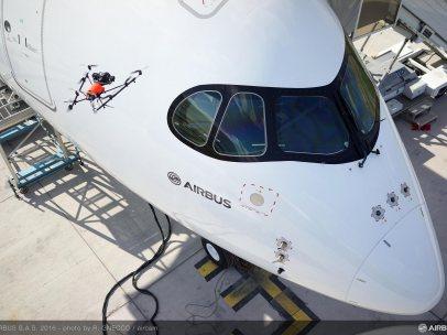 Airbus prueba a realizar una inspección de avión con un dron