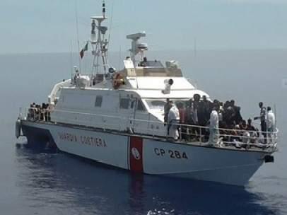 Barco de salvamento de la Guardia Costiera de Italia.