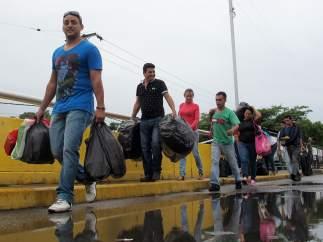 Miles de venezolanos cruzan la frontera para abastecerse