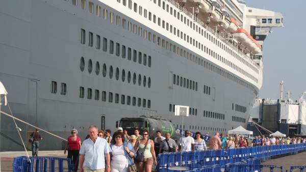 Cruceristas del Queen Mary 2 en Valencia. Imagen de archivo