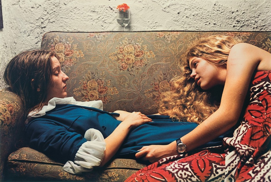 Untitled, 1974 (Karen Chatham, left, with the artist's cousin Lesa Aldridge, in Memphis, Tennessee) by William Eggleston, 1974 . Foto de William Eggleston