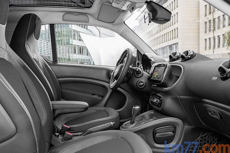 El smart BRABUS fortwo coupé tiene un techo panorámico de serie. El equipamiento opcional es amplio y la opción más completa (y también la más cara) es el paquete BRABUS Xclusive, que incluye asientos deportivos BRABUS con tapizado de napo perforada y cuero negro, pilotos de ledes, calefacción en los asientos del conductor y del acompañante, entre otros.