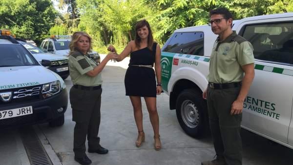 Entrega del vehículo a agentes de Medio Ambiente