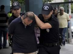 Erdogan amplía el periodo de arresto y cierra escuelas