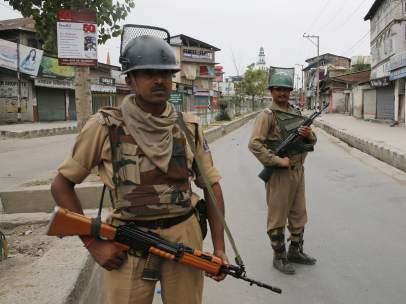 Soldados en India