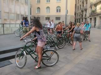 Turistas En Bicicleta En El Centro De Barcelona