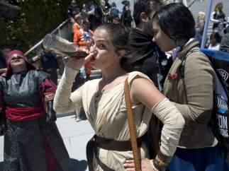 Asistente a la convención disfrazda de Rey